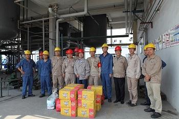 郭金东董事长委托集团领导到金浦新材料公司慰问一线员工